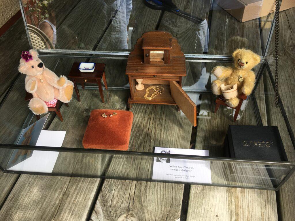 Udstilling med smykker i Skagen - Bamsemuseet