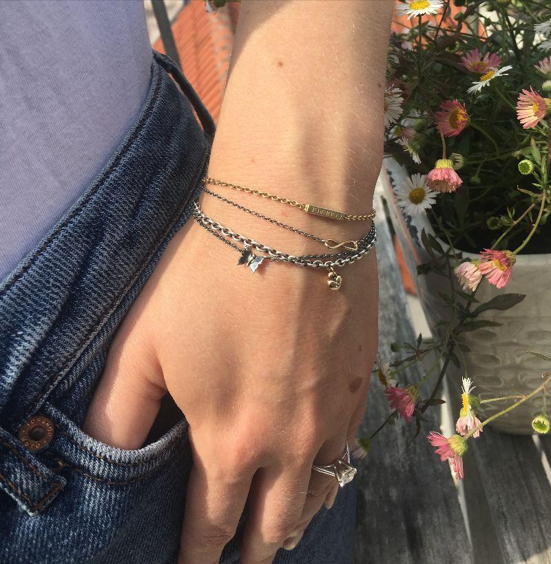 Armbånd i guld og sølv